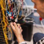 ingénieur travaillant au câblage de la fibre optique