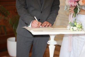 couple en signature de mariage à la mairie